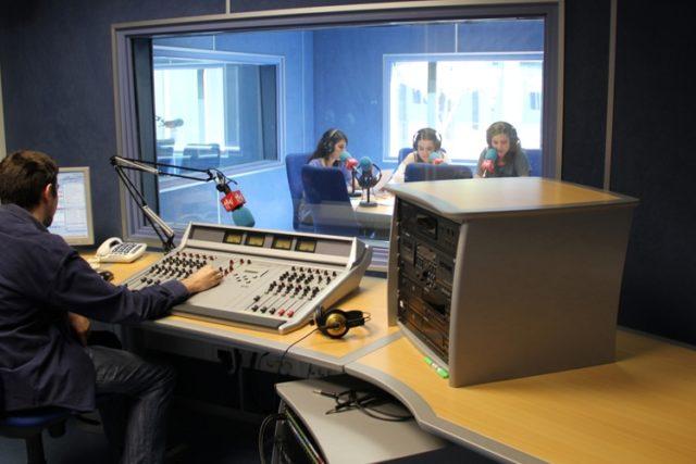 Estudiar formación profesional para ser locutor y locutora de radio y televisión.