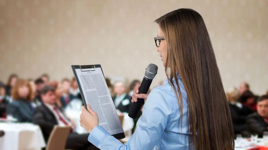 Como fundamento de la actuación brillante, hay que alcanzar una buena voz para que acompañe a la oratoria.