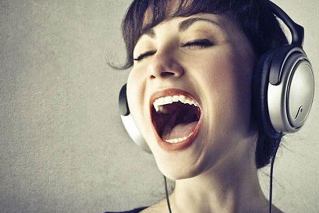 El arte de la interpretación vocal artística. La voz proyecta talento y arte.